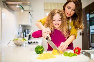 parent qui cuisine avec son enfant